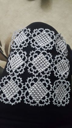 Crochet y strass Crochet Motif, Crochet Designs, Crochet Doilies, Crochet Flowers, Crochet Lace, Embroidery Jewelry, Embroidery Designs, Diy And Crafts, Arts And Crafts