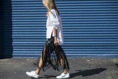 打著 「Peace, Love & Freedom」 的口號,嬉皮們的生活方式講求自由、有機、不受拘束以及友愛環境的風格,使得他們發展出於七零年代最具代表性的服裝特色,流蘇線條、寬鬆輪廓、自然印花等細節攀上以棉、麻、麂皮等天然材質製成的布料;寬大的喇叭狀飾邊 (flares) 出現在袖口、褲管、領子等處,高腰褲的風行更是延燒全球至今。