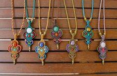 Nice display of micro macrame necklaces. Collar Macrame, Macrame Colar, Macrame Earrings, Macrame Art, Macrame Projects, Macrame Knots, Macrame Jewelry, Macrame Bracelets, Boho Jewelry