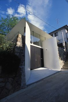 Built by Katsuhiro Miyamoto & Associates in Nishinomiya-shi, Japan with date 2007. Images by Courtesy of Katsuhiro Miyamoto & Associates. A housing land development ground and the existing retaining wall were excavated to create space with double-height i...