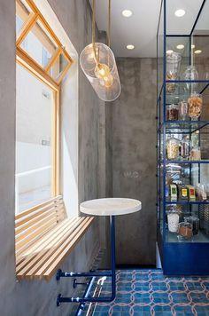 הרהיטים מחוברים למעטפת (צילום: שי אפשטיין)