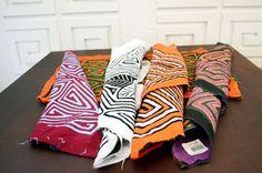 Mola corriente aplicación Artesanías de Colombia Throw Pillows, Products, Colombia, Creativity, Cushions, Decorative Pillows, Decor Pillows