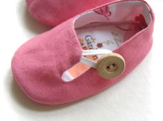 Baby Linen / cotton deep pink Loafers with wooden ♥ by GardenAlley American Girl Accessories, American Girl Clothes, Girl Doll Clothes, Doll Clothes Patterns, Girl Dolls, Baby Boots, Baby Girl Shoes, Sewing For Kids, Baby Sewing