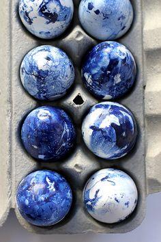 Make these DIY indigo inspired eggs on aliceandlois.com