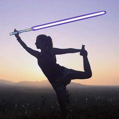 Dziś premiera Star Wars - Ostatni Jedi w kraju nad Wisłą. Choć pierwsze seanse wypatrzyłam już wczoraj... Kto się załapał? Liczę na poranny seans bo wieczorem uwaga Bergamo nadchodzę!  Tymczasem z okazji kolejnej części kultowej sagi jak na geeka przystało łączę dwa światy w postaci tej oto asany - Tańczący Jedi   A może nie łączę bo życie Jedi to chleb powszedni każdego jogina. Możesz przeczytać o tym na blogu... (Link w bio). Jakieś pomysły na #jediyoga ?  #jeeyoga #yoga #joga #lightsaber…