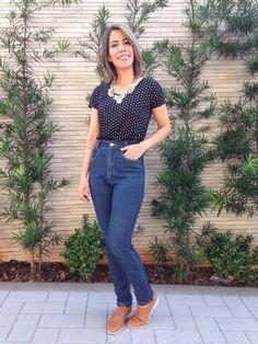 Calça jeans skinny + blusa preta de poá + oxford