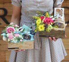 Trendy ideas for basket flower arrangements diy Valentine Flower Arrangements, Basket Flower Arrangements, Flower Box Gift, Flower Boxes, Flowers, Diy Gift Baskets, Gift Hampers, Basket Gift, Bouquet Wrap