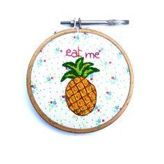 Tableau ananas brodé à la main, tropical, sur tissu printanier cercle à broder vintage
