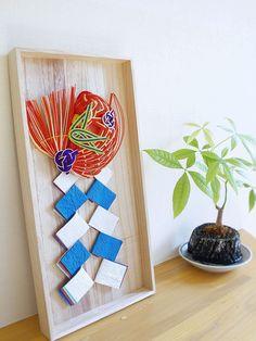 お正月を迎えるのにふさわしい美しい和の飾り物に出会いました。お香ブランドの「Juttoku(じゅっとく)」とプロダクトブランド「Studio GALA(スタジオ ガラ)」がコラボした、お正月の『床飾り』です。 Japanese New Year, Japanese Modern, Japanese Interior, Japanese Paper, Chinese New Year, Paper Flower Arrangements, Paper Flowers, Japanese Colors, Paper Cut Design