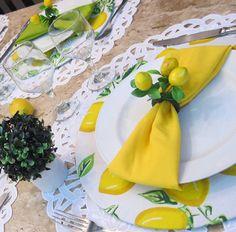 Continuando na linha limão, repostando essa mesa que amo... Sousplats em mdf com capa estampa limão siciliano. Jogo americano redondo em richilieu  calado.  #capaparasousplat  #guardanapo #portaguardanapo #trilhosdemesa #toalhasdemesa #arranjofloral  #jogoamericano #cestinhas  #capaparapuff #meseirasdefortaleza #marciamesabela #receberbem #mesabela #mesaposta #meseirasdobrasil  #mesahits #louças #loucaslindas #louçaslindas #aparelhoporcelana #aparelhojantar #porcelanalimao  #porcelana…