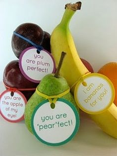 Fruit love notes and other healthy Valentine's Day food ideas. - Good for kids' lunch :) Teacher Appreciation Week, Teacher Gifts, Volunteer Appreciation, Teacher Party, Teacher Treats, Student Gifts, Love Surprise, Lunch Box Notes, Fruit Flowers