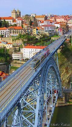 Foto: Portugal em aguarela Ponte de D. Luís - Vila Nova de Gaia - Porto  A Ponte Luís I ou Luiz I, popularmente também chamada Ponte D. Luís, é uma ponte em estrutura metálica com dois tabuleiros, construída entre os anos 1881 e 1888, ligando as cidades do Porto e Vila Nova de Gaia (margem norte e sul, respectivamente) separadas pelo rio Douro, em Portugal.  Esta construção veio substituir a antiga ponte pênsil que existia no mesmo local e foi realizada mediante o projecto do engenheiro…