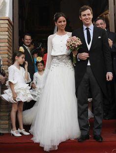 Después de las bodas de sus hermanas Lola y Rocio, que se casaron vestidas por el diseñador Roberto Diz, se ha celebrado la boda de la hermana más pequeña de las Peralta. Me encanta el vestido y la…