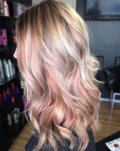 Chica usando el cabello en color rosa- dorado More