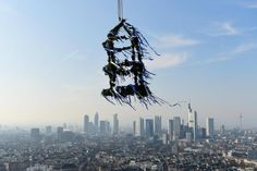 Wohnungsmarkt: Deutscher Immobilien-Boom knackt magische Marke - Der Richtkranz für den neuen Henninger Turm in Frankfurt am Main Foto: dpa