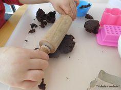 Une pâte à modeler saine et à la bonne odeur de chocolat Rolling Pin, Rolls, Diy, Modeling Paste, Infancy, Chocolates, Children, Bricolage, Buns