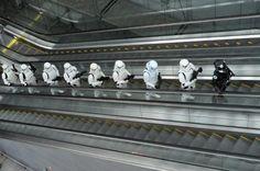 12.11 Des personnages de Star Wars défilent à Singapour, à l'occasion d'une opération promotionnelle.Photo: AFP/Roslan Rahman