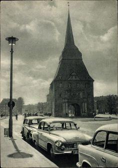 Rostock in Mecklenburg Vorpommern, Straßenpartie, Parkender Wartburg, Steintor