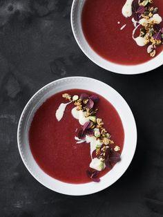 Pretty and tasteful rhubarb porridge with sweet vanilla cream and crunchy Pistachio Granola.