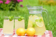 Υλικά  1 φλ. χυμό λεμόνι     1 φλ. νερό  1/2 φλ. ζάχαρη  Εκτέλεση  Βράζουμε το νερό και τη ζάχαρη για 5 λεπτά, να γίνουν σιρόπι. Το αφήνουμε να κρυώσει και προσθέτουμε το χυμό λεμονιού, σουρωμένο.  Το βάζουμε στο ψυγείο. Για να πιούμε τη λεμονάδα, βάζουμε 2 δάχτυλα χυμό και γεμίζουμε το ποτήρι με κρύο νερό. Refreshing Drinks, Summer Drinks, Fresh Mint Tea, Enjoy Your Meal, Summer Fair, Homemade Lemonade, Oreo Cheesecake, Raspberry, Strawberry Tea