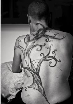 A tree on the back by Laurence Penne Bild Tattoos, Hot Tattoos, Body Art Tattoos, Tribal Tattoos, Tree Tattoos, Tatoos, Cute Tattoos On Back, Tattoos For Guys, Awesome Tattoos