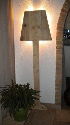 Stående sfär lampa gjord av gammalt trä byggnadsställningar, med en stor lampa sockel. Denna lampa är multifunktionell och har en varm robust. Du kan enkel