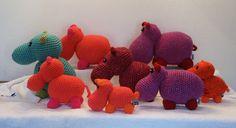 Alle hippo's in een rijtje.  Voor het patroon ga naar http://www.wolgeitwebshop.com/a-30120186/fantasy-amies-knuffels/hippomama-en-hippobaby/ De knuffel zelf kan ook besteld worden. Ga daarvoor naar mijn webwinkel.  Ook heb ik een website waar je al mijn creaties kunt zien: http://www.dewolgeit.nl.