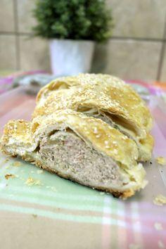 placinta cu carne, rulada cu carne Salmon Burgers, Bread, Ethnic Recipes, Food, Salmon Patties, Eten, Bakeries, Meals, Breads