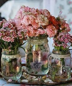 Vasos de flores feitos com vidros de conserva, fitas e pérolas.