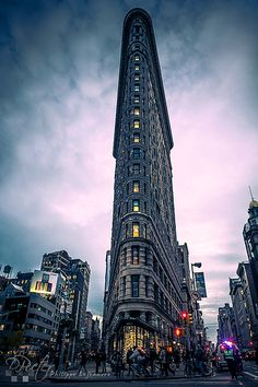 New York City This is the Flatiron building which is only 5 feet wide in the front. Oh The Places You'll Go, Places To Travel, Places To Visit, Edificio Flatiron, Pictures Images, Photos, Amazing Pictures, New York City Pictures, Magic Places