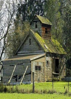 Looking for Shed Building Made Easy? Having a shed in either your back yard or garden is now a popular sight in the majority of today's households. Old Buildings, Abandoned Buildings, Abandoned Places, Farm Barn, Old Farm, Cabana, Architecture Design, Classical Architecture, Country Barns