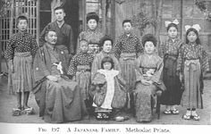 old photos 1920's japan   Portrait in kimonos of a Japanese family during the 1920s.