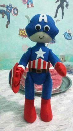 Capitão América, boneco articulado, feito em feltro, mede 37cm.