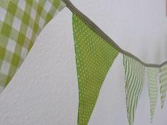Wunderschöne Wimpelkette aus grün-weißen Stoffen aufeinander abgestimmt! Ob zum Geburtstag, zur WG-Fete, zur Einweihung, zur Gartenparty, ins Kinde...