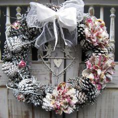 Nostalgie s anděly Nostalgický věneček laděný do bílé barvy s šitými látkovými květinami, dozdobený plechovými anděli, průměr 31 cm.