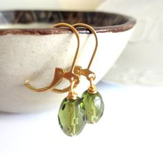 Pendientes de Clip de Peridot verde vidrio francés por MadebyLinLin