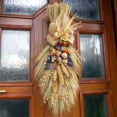 Diy Flowers, Flower Decorations, Christmas Decorations, Harvest Festival Crafts, Seasonal Decor, Fall Decor, Homemade Wedding Decorations, Corn Dolly, Straw Crafts