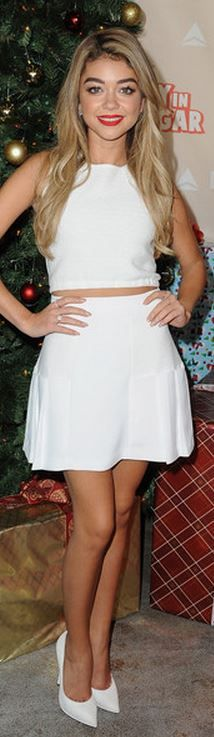 Who made Sarah Hyland's white cropped top and flare skirt?
