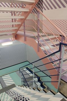 Professionals in staircase design, construction and stairs installation. In addition EeStairs offers design services on stairs and balustrades.Check out our work >> Interior Stairs, Interior Architecture, Interior And Exterior, Modern Interior, Escalier Design, Memphis Design, Staircase Design, Commercial Interiors, Retail Design