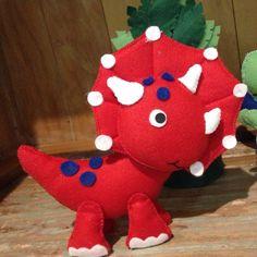 Kit com 6 dinossauros com aproximadente 15 a 20cm e duas árvores com aproximadamente 22cm. Bonecos confeccionados artesanalmente em feltro. Fazemos qualquer cor para os dinossauros!