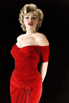 Siren Marilyn Monroe in a figure hugging red dress.Sexy Marilyn In A Sexy Red Dress.Both To Die For.Men Only.From The Lady in Red! Joe Dimaggio, Hollywood Glamour, Old Hollywood, Hollywood Actresses, Classic Hollywood, Fotos Marilyn Monroe, Marilyn Monroe Bathroom, Pin Up, Howard Hughes