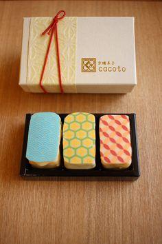 今年、京都の街なかに登場したパティスリー「京纏菓子 cacoto(きょうまといかしカコト)」。「麻の葉」「矢絣」「七宝」……日本に古くからあるけれど、今なおモダンで美しい吉祥文様をまとったふた口サイズのケーキが評判です。 Ice Cream Packaging, Dessert Packaging, Cookie Packaging, Japanese Bakery, Japanese Sweets, Chinese New Year Cake, Kyoto, Japanese Packaging, Sweet Cooking