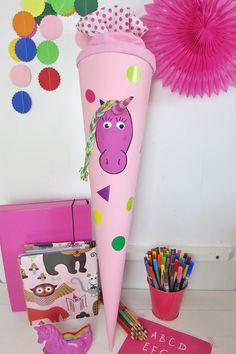 Pink, mit Regenbogen-Mähne und einfach magisch: So wird die Einhorn.Schultüte gebastelt.