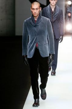 The complete Giorgio Armani Fall 2018 Menswear fashion show now on Vogue Runway.