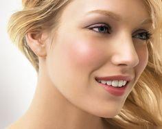 maquillage naturel avec un blush rosé, gloss délicat et fards à paupières beige et mauve