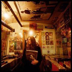 """(via Twitter) """" パティ・スミス。 レコード屋のなかで撮った写真のようです。買い物中のようですが、持ってるのはジョン・コルトレーンの「至上の愛」です。 """""""