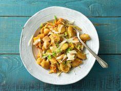 De gnocchi waar je in dit recept mee aan de slag gaat, komt van onze Italiaanse leverancier. Deze smakelijke deegkussentjes lijken een beetje op de Duitse knoedel. Ze zijn beide gemaakt van aardappel, maar de Italiaanse variant is door haar kleinere vorm net wat verfijnder. De muskaatpompoen hebben we voor jou al voorgesneden, zodat je hier niet teveel tijd mee verliest.