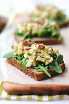 This lunch recipe is low in calories by using only egg whites and instead of mayo a combination of mashed avocado, Greek yogurt and Dijon mustard. A decadent and creamy combo! Add in some green onions, celery, some crunchy turkey bacon and voila! The perfect, low-calorie, completely clean, healthy open-faced egg salad sandwich. Friday's lunch recipe is Egg White & Avocado Salad INSTRUCTIONS Found in facebook.com/kjensifymehealthy