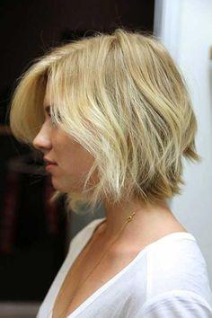 Una partidura al lado y capas largas es la forma perfecta de darle textura y volumen al cabello delgado