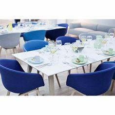 Le fauteuil About a Chair par HAY - réf. AAC23 et AAC43 - assise en tissu, pieds en bois, 2 hauteurs pour l'assise - l'art du design nordique